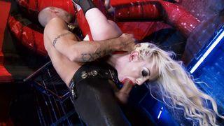 blonde Nadia masturbiert ihre enge Pussy