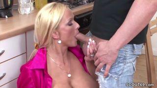 Dralle Blondine macht einen Porno