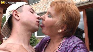 Ein Porno von einem alten Frau und einen jungen Mann