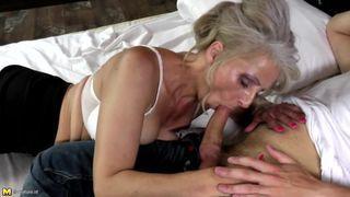 Erfahrene Frau liebt es mit jungen heißen Männer sex zu haben - Julia Reaves