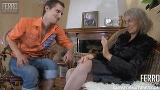 Granny genießt ihre jungen Freund ficken
