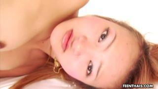 Heiße asian Sunny masturbiert ihre haarige Pussy